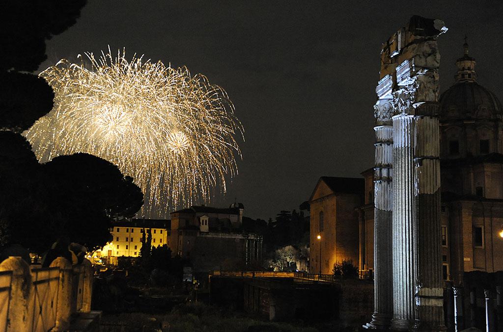 Concerto_Gratis_Capodanno_Roma_fori_romani_notte_fuochi-artificio-fireworks (6)