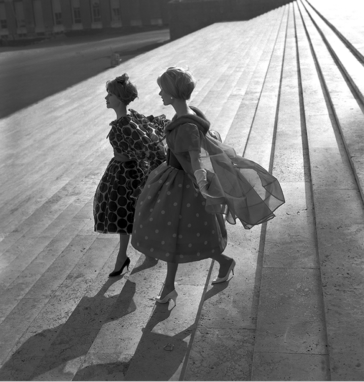Due modelli Valentino sulla scalinata dell'Archivio Centrale di Stato, foto Federico Garolla, Roma, 1958