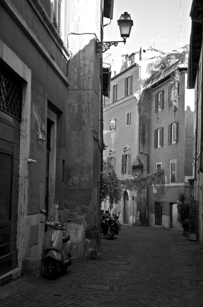 vicolo trastevere_Trastevere-Walking-Tour_Photo-by_Paola-Naomi