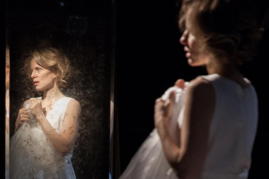 Il ballo_ Sonia Bergamasco_specchio