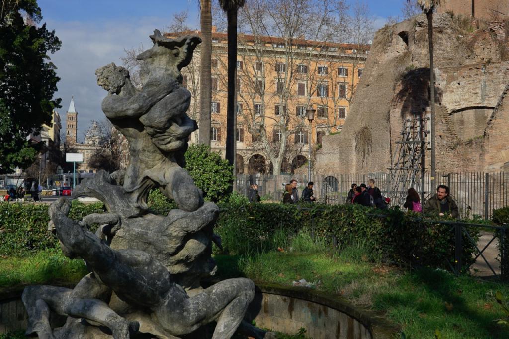 Passeggiate a-piedi-Roma_Walking-tour-Rome_La-Porta-Magica,Piazza Vittorio_Mercato-Esquilino_Photo-by-Antonio-Barbieri-292