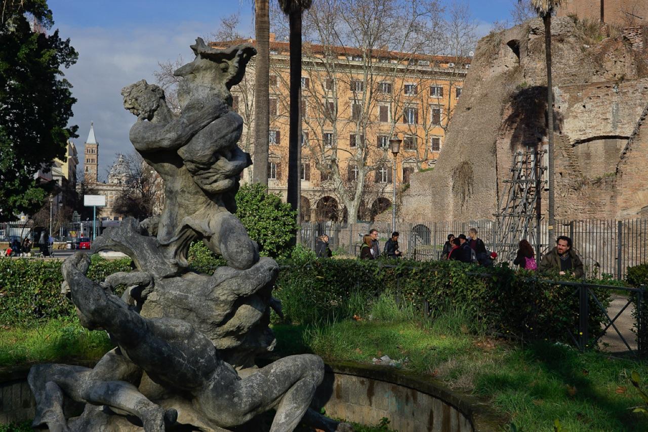 Passeggiate a piedi roma walking tour rome la porta magica - Porta magica piazza vittorio ...