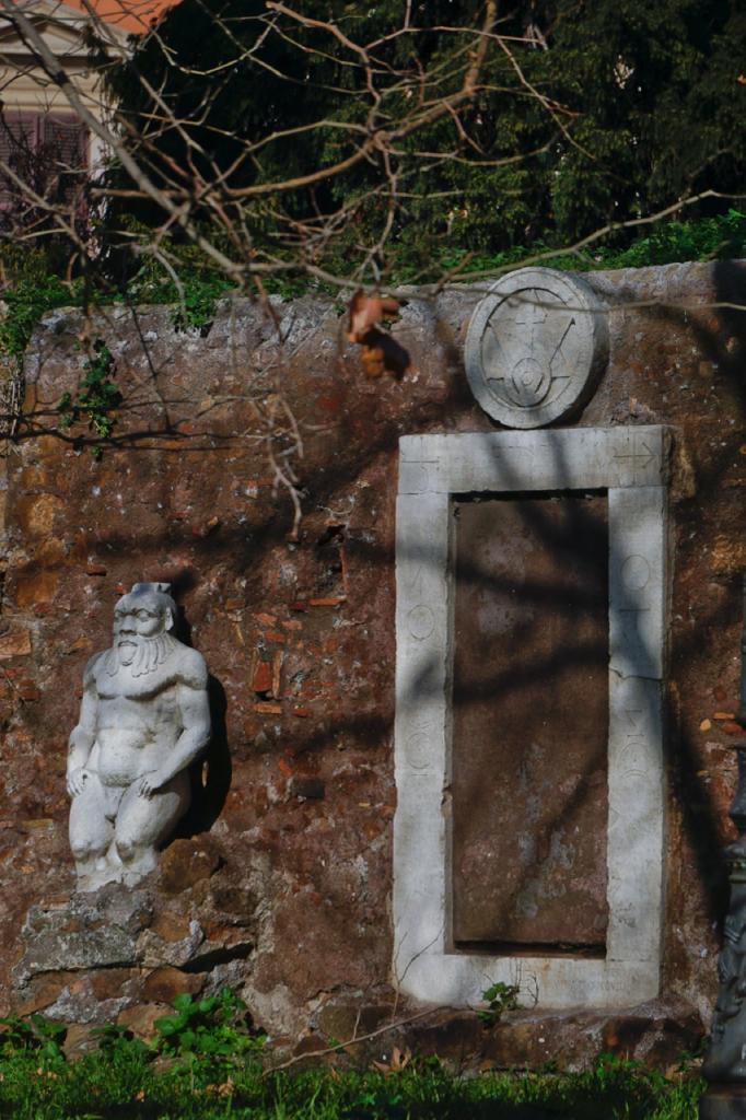 Passeggiate a-piedi-Roma_Walking-tour-Rome_La-Porta-Magica,Piazza Vittorio_Mercato-Esquilino_Photo-by-Antonio-Barbieri-303