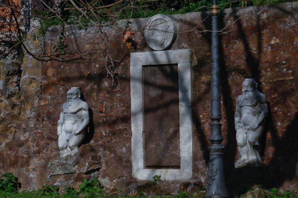 Passeggiate a-piedi-Roma_Walking-tour-Rome_La-Porta-Magica,Piazza Vittorio_Mercato-Esquilino_Photo-by-Antonio-Barbieri-308