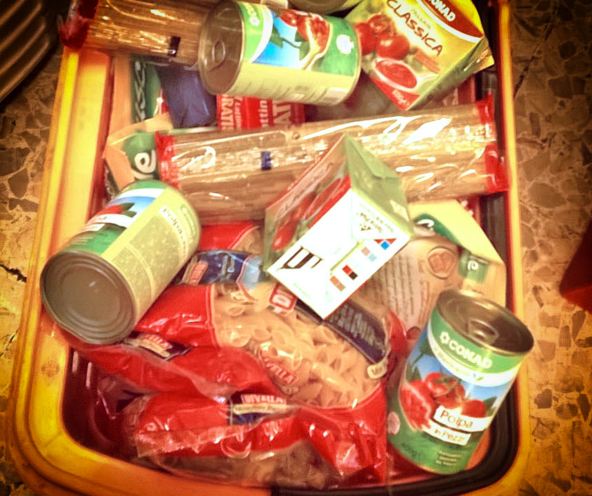 """La tipica spesa del """"pastasciuttaro"""" al supermercato"""