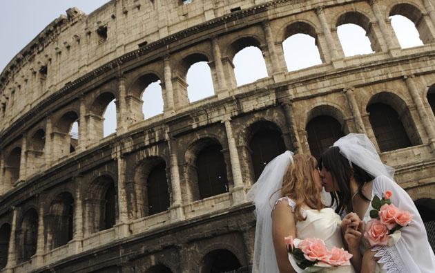 Rome_lesbian_bacio-saffico_colosseo