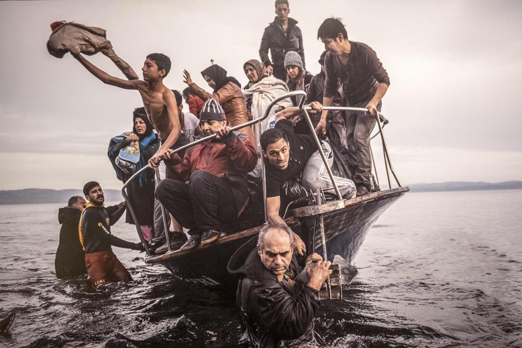 word-press-photo-2016_rifugiati-approdano-a-lesbo_photo-by_sergey-ponomarev